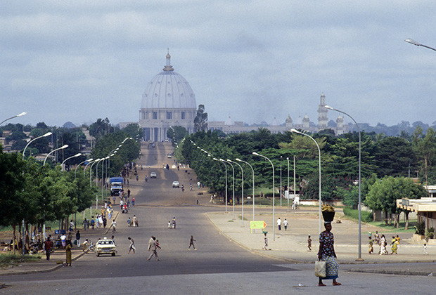 02 Nov 1989, Yamoussoukro, CÙte d'Ivoire --- Street in Yamoussoukro and Our Lady of Peace Basilica --- Image by © Patrick Robert/Sygma/Corbis