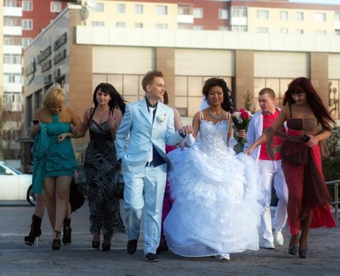 Сами молодожёны из Астаны, но свадьбу устроили в Караганде, помогал с орган
