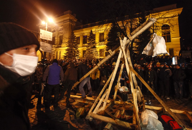 Pro-European integration protesters build a catapult to throw stones during clashes with police in Kiev January 20, 2014. Ukrainian President Viktor Yanukovich named a top aide to organize peace talks with the opposition after violent clashes between police and protesters in Kiev, but the opposition warned him on Monday not to play for time. With tension still high, about 1,000 protesters confronted police on Monday near Kiev's main government headquarters and hurled projectiles.   REUTERS/Vasily Fedosenko  (UKRAINE - Tags: POLITICS CIVIL UNREST) - RTX17MY7
