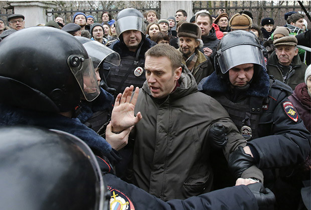 "Police detain opposition leader Alexei Navalny outside a courthouse in Moscow February 24, 2014. Russian police detained several protesters chanting ""Freedom"" on Monday outside a Moscow courthouse where a judge was expected to sentence eight defendants convicted of attacking police at an anti-government demonstration in 2012."