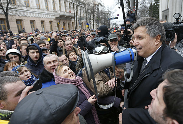 Newly elected Ukrainian interior minister Arsen Avakov (R) holds a loud-speaker as he addresses anti-government protesters outside the Ukrainian parliament building in Kiev February 22, 2014. Parliament in Ukraine elected opposition lawmaker Arsen Avakov as interior minister on Saturday until the formation of a new coalition government. Avakov takes over the powerful post after lawmakers on Friday dismissed Vitaly Zakharchenko, an ally of embattled President Viktor Yanukovich, following two days of carnage in the capital, Kiev. REUTERS/Vasily Fedosenko (UKRAINE - Tags: POLITICS CIVIL UNREST) - RTX19ANG
