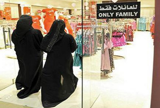 "Saudi women entering a store limited to ""families only"", similar to the signs that will have to be placed in the stores from now."