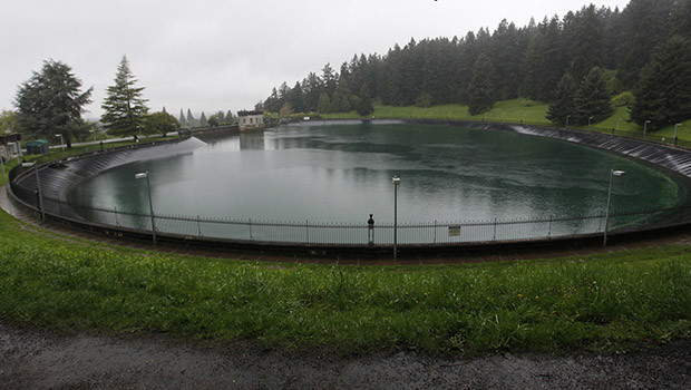 Mount Tabor Reservoir Number 5 is seen in Portland, Oregon April 17, 2014. The city is flushing 38 million gallons (143 million liters) of drinking water down the drain because a 19-year-old man urinated in the open reservoir early on Wednesday morning, city water officials said.  REUTERS/Steve Dipaola  (UNITED STATES - Tags: ENVIRONMENT SOCIETY)