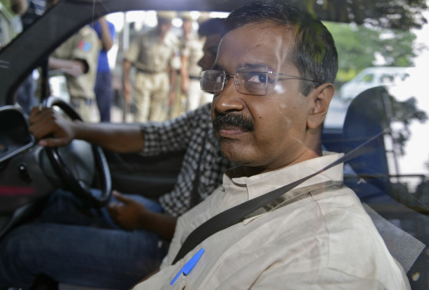 Arvind Kejriwal, the head of the Aam Aadmi (Common Man) Party (AAP), which briefly controlled the state government in Delhi, looks out from inside his car as he arrives at a court in New Delhi May 21, 2014. Kejriwal was sent to judicial custody for two days by a New Delhi court on Wednesday in connection with a defamation case filed against him by a leader of Hindu nationalist Bharatiya Janata Party (BJP). REUTERS/Stringer (INDIA - Tags: POLITICS) - RTR3Q72C