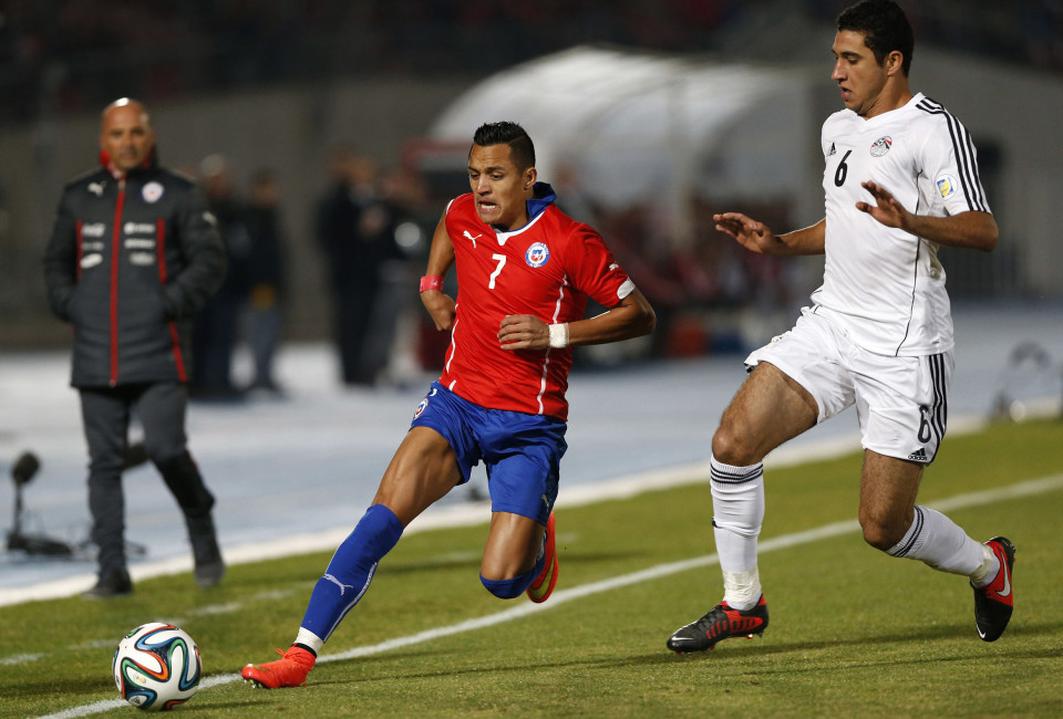 Chile's Alexis Sanchez (L) and Egypt's Ramy Rabia fight for the ball during their friendly soccer match in Santiago May 30, 2014.
