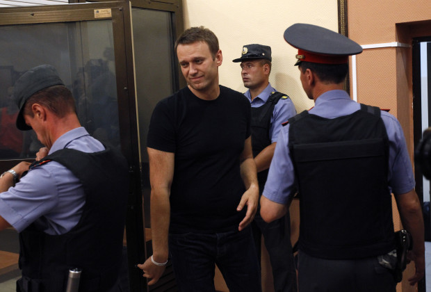 Russian opposition leader Alexei Navalny (C) leaves a glass-walled cage during a court hearing in Kirov, July 19, 2013. A Russian court temporarily released Navalny from custody on Friday, but placed him under travel restrictions, while he awaits the outcome of an appeal against his sentence to five years in jail. REUTERS/Sergei Karpukhin (RUSSIA - Tags: CRIME LAW POLITICS CIVIL UNREST) - RTX11RID