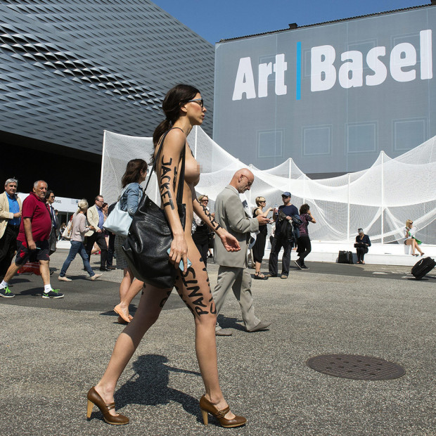 epa04266242 Swiss performance artist Milo Moire walks naked as part of her performance 'The Script System' on the exhibition site of the international art fair Art Basel 2014, in Basel, Switzerland, 19 June 2014. The event runs from 19 to 22 June.  EPA/GEORGIOS KEFALAS
