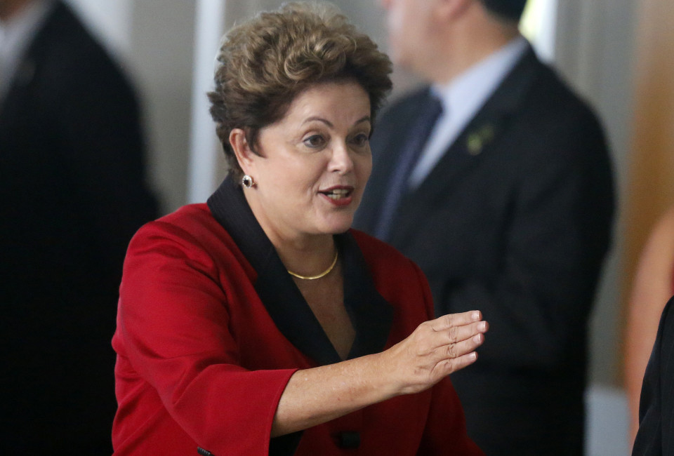 Brazil's President Dilma Rousseff gestures as she arrives to the official photo session for the 6th BRICS summit and the Union of South American Nations (UNASUR), in Brasilia July 16, 2014.  REUTERS/Sergio Moraes  (BRAZIL - Tags: POLITICS BUSINESS) - RTR3YXCO
