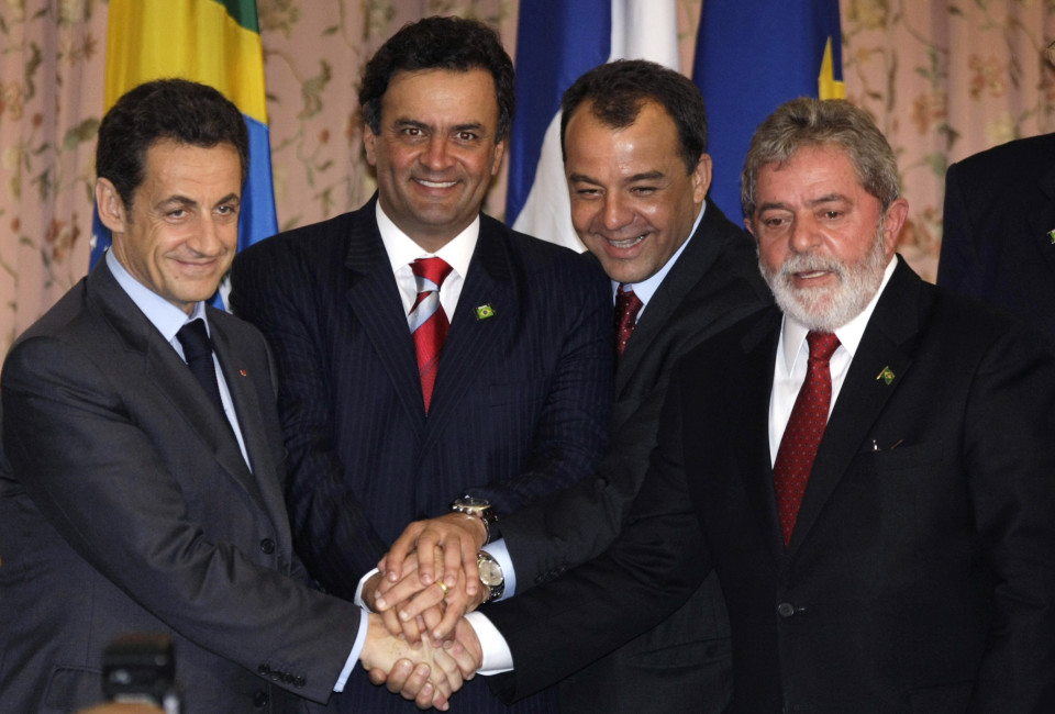 France's President Nicolas Sarkozy (L)  Minas Gerais' Governor Aecio neves (2nd L) Rio's governor Sergio Cabral and Brazil's President Luiz Inacio Lula da Silva (R) shake hands during the Brazil-European Union summit at the Copacabana Palace hotel in Rio de Janeiro December 23, 2008. REUTERS/Sergio Moraes (BRAZIL) - RTR22T31