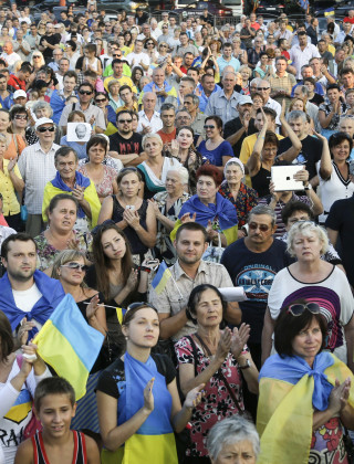 Demonstrators in Mariupol Protest as Pro-Russian Rebels Close In