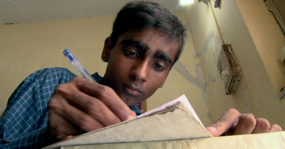 Slumdog Editor: Indian Street Kids Write and Produce Newspaper