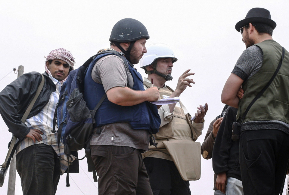 American journalist Steven Sotloff (Center with black helmet) talks to Libyan rebels on the Al Dafniya front line, 25 km west of Misrata on June 02, 2011 in Misrata, Libya.  Sotloff was kidnapped in August 2013 near Aleppo, Syria and was recently shown on a jihadist video in which fellow US journalist James Foley was executed.   In the video the militant form the Islamic State (IS) threatens to kill Sotloff next if the US continues its aerial campaign against the insurgency.