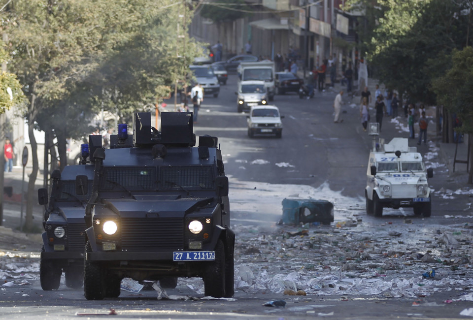 Armoured police vehicles patrol the streets in Turkey's border province of Gaziantep after clashes over the besieged Syrian town of Kobani, southeastern Turkey October 10, 2014. Windows shattered by looting protesters, the largest city in Turkey's mainly Kurdish southeast shows plenty of signs of the violence that swept it last week, but optimism over a fragile peace process with Kurdish guerrillas is far harder to find. There are fears that the fate of the border town of Kobani in neighbouring Syria could wreck efforts by the Turkish government to end a three decades long insurgency by the militants, and tip Turkey back into a conflict that has cost 40,000 lives. Picture taken October 10. To match story MIDEAST-CRISIS/KURDS REUTERS/Osman Orsal (TURKEY - Tags: POLITICS CIVIL UNREST MILITARY) - RTR4A05W