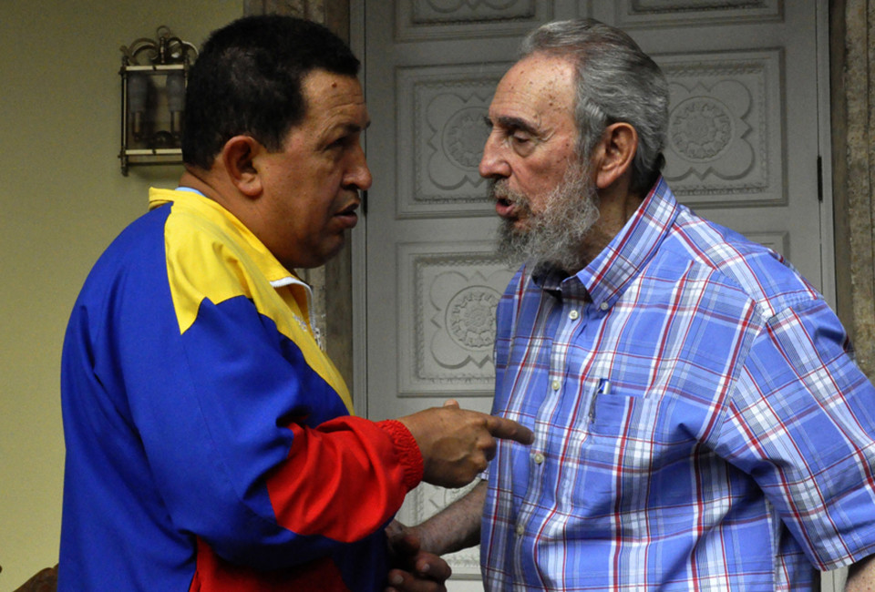 Former Cuban leader Fidel Castro and Venezuelan President Hugo Chavez talk during a meeting in Havana November 9, 2010. Picture taken November 9, 2010. REUTERS/Courtesy of Cubadebate (CUBA - Tags: POLITICS) FOR EDITORIAL USE ONLY. NOT FOR SALE FOR MARKETING OR ADVERTISING CAMPAIGNS. THIS IMAGE HAS BEEN SUPPLIED BY A THIRD PARTY. IT IS DISTRIBUTED, EXACTLY AS RECEIVED BY REUTERS, AS A SERVICE TO CLIENTS - RTXUGEA