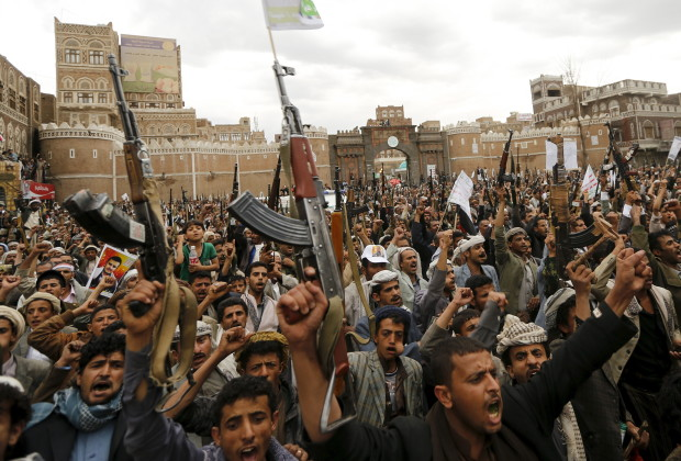 Shi'ite Muslim rebels hold up their weapons during a rally against air strikes in Sanaa March 26, 2015. Warplanes from Saudi Arabia and Arab allies struck Shi'ite Muslim rebels fighting to oust Yemen's president on Thursday, in a major gamble by the world's top oil exporter to check Iranian influence in its backyard without direct military backing from Washington. REUTERS/Khaled Abdullah - RTR4V0OK