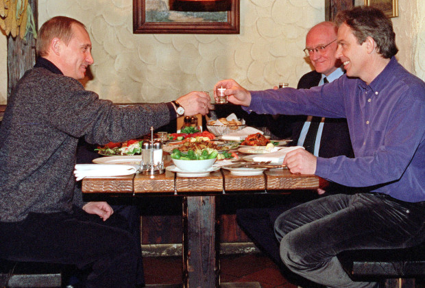 Russian President Vladimir Putin (L), British Ambassador in Russia Sir Roderick Lyne (C) and British Prime Minister Tony Blair toast during their informal meeting at Pivnushka, a beer hall in Moscow, November 20, 2000. Blair said on Monday he believed Putin had the right approach to tackle Russia's vast problems and suggested progress could be made on arms control issues in dispute.  CVI - RTRB1HG