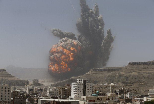 Smoke rises during an air strike on an army weapons depot on a mountain overlooking Yemen's capital Sanaa April 20, 2015. REUTERS/Khaled Abdullah      TPX IMAGES OF THE DAY      - RTX19GM1
