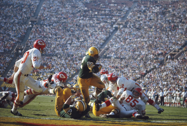 LOS ANGELES - JANUARY 15:  Green Bay Packers'  Elijah Pitts #22 runs with the ball during Super Bowl I against the Kansas City Chiefs at Memorial Coliseum on January 15, 1967 in Los Angeles, California. The Packers defeated the Chiefs 35-10. (Photo by Focus on Sport/Getty Images)