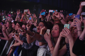 How Musicians Deal With Smartphone-Obsessed Crowds During Shows