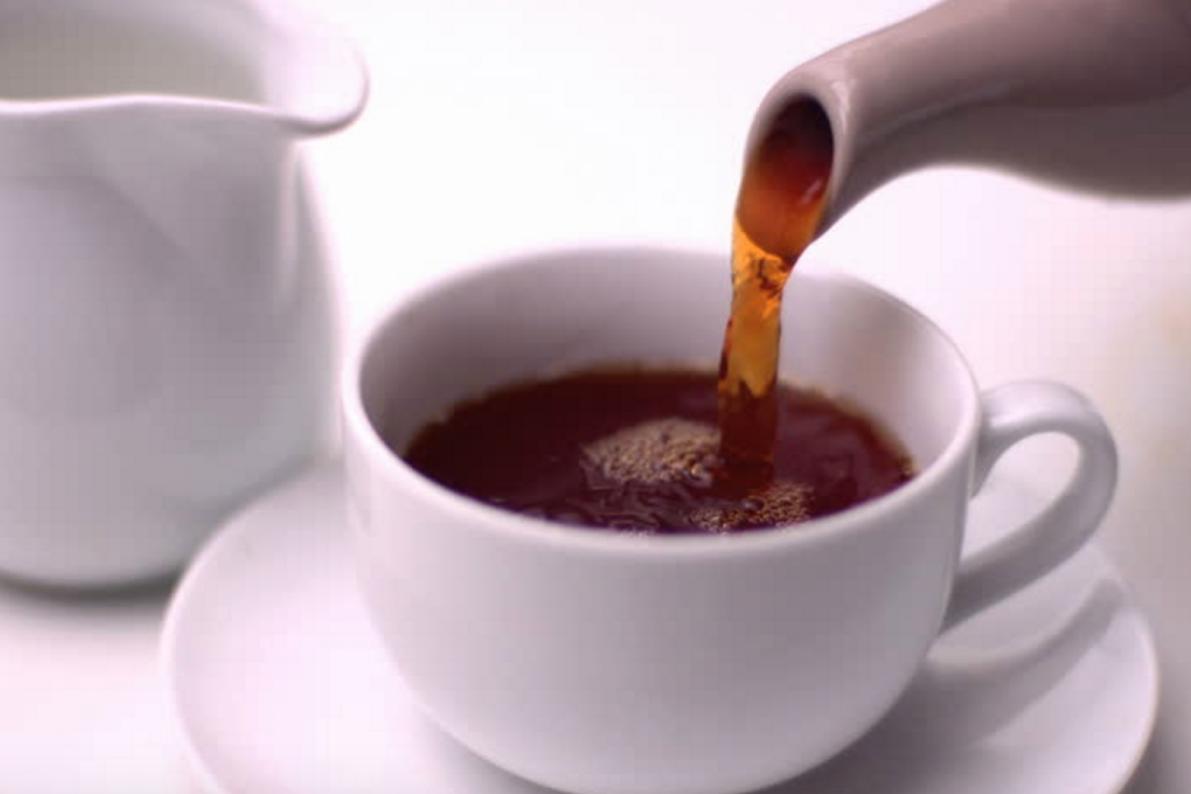 Картинка наливает чай
