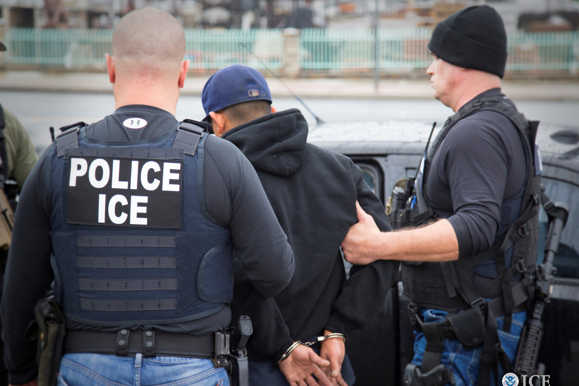 facebook groups warn immigrants about ice raids checkpoints vocativ