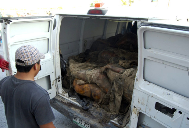 July 25, 2011 - Tamaulipas, Mexico - A FILE picture dated April 6, 2011 shows forensic personnel carrying a body found in a mass grave in San Fernando, Tamaulipas, Mexico. 116 bodies were found until this moment in that area, April 13, 2011. The UN Special Rapporteur on Migrant Workers of the Human Rights Commission (ICHR), Felipe Gonzalez, today, July 25, 2011, received a report on the status of migrants in Mexico. Photo: STR/dpa (Credit Image: © Str/DPA/ZUMAPRESS.com)