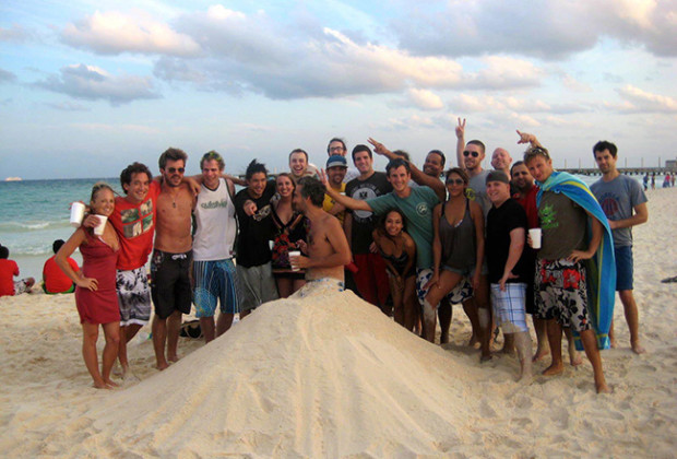 Poker players who are part of the Poker Refugees network celebrate Easter in Playa del Carmen on March 31, 2013. (Poker Refugees/Facebook)