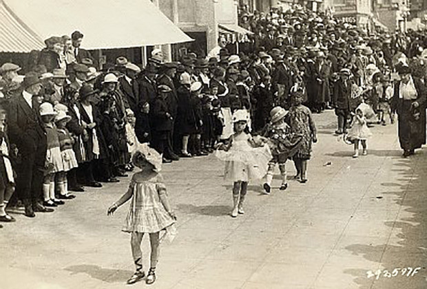 09 May 1922, Ocean Park, Santa Monica, California, USA --- Original caption: A general view of the annual children's floral parade and beauty contest held at Ocean Park, California, a week ago. Beautiful children, hundreds of them, dressed in various types of costume, made a spectacular procession. Never in the history of this nationally celebrated event have so many youngsters vied with each other in an effort to capture honors and prizes. A crowd estimated at 25,000 people witnessed the gala event. --- Image by © Underwood & Underwood/Corbis