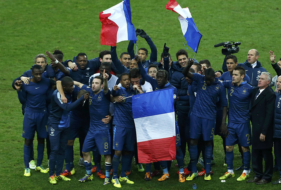 France's soccer team coach Didier Deschamps (R) and team mates celebrate after winning their 2014 World Cup qualifying second leg playoff soccer match against Ukraine at the Stade de France in Saint-Denis near Paris November 19, 2013.                 REUTERS/Gonzalo Fuentes (FRANCE  - Tags: SPORT SOCCER SPORT SOCCER WORLD CUP)