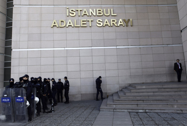 "Riot police stand guard in front of the courthouse in Istanbul December 20, 2013. Turkish police arrested eight people in connection with allegations of official corruption and bribery, a newspaper said on Friday, in an investigation Prime Minister Tayyip Erdogan has called a ""dirty operation"" aimed at undermining his rule. REUTERS/Osman Orsal (TURKEY - Tags: POLITICS CRIME LAW) - RTX16PI9"