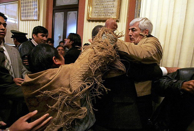 Bolivian opposition congressman Fernando Rodriguez battles with an unidentified indigenous deputy of President Evo Morales' party during a congress session  in La Paz, April 9, 2009. Morales went on a hunger strike on Thursday to demand Bolivia's Congress pass an electoral law that could make it easier for him to win control of the legislature in December's general election. REUTERS/David Mercado    (BOLIVIA POLITICS CONFLICT) - RTXDU4M