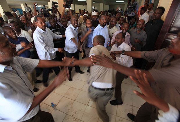 Members of the Somali parliament fight after majority voted against the Speaker of the Parliament Sharif Hassan Sheikh Aden (not pictured) in southern Mogadishu, December 21, 2011. A total of 287 out of the 290 legislators attending the session voted against the speaker. REUTERS/Feisal Omar (SOMALIA - Tags: POLITICS TPX IMAGES OF THE DAY) - RTR2VIUM
