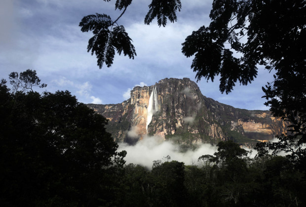"A general view of Angel Falls also known as ""Salto Angel"" at Canaima National Park, in southeastern Venezuela August 23, 2009.  Angel Falls measures 979 metres (3,212 feet) and is the world's highest waterfall.  REUTERS/Jorge Silva (VENEZUELA ENVIRONMENT TRAVEL) - RTR27277"