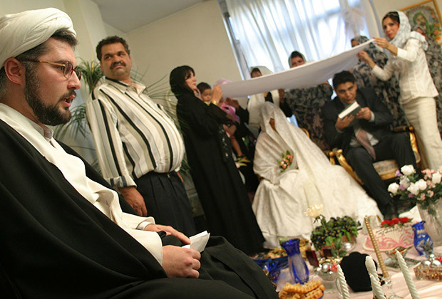 Iranian cleric Ayatollah Sepehr Norouzi performs a wedding ceremony in Tehran July 27, 2005. REUTERS/Morteza Nikoubazl  CJF/SN - RTRIVVN
