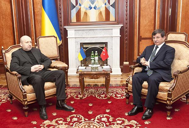 Turkey's Foreign Minister Ahmet Davutoglu (R) meets with Ukraine's interim President Oleksander Turchinov in Kiev March 1, 2014.