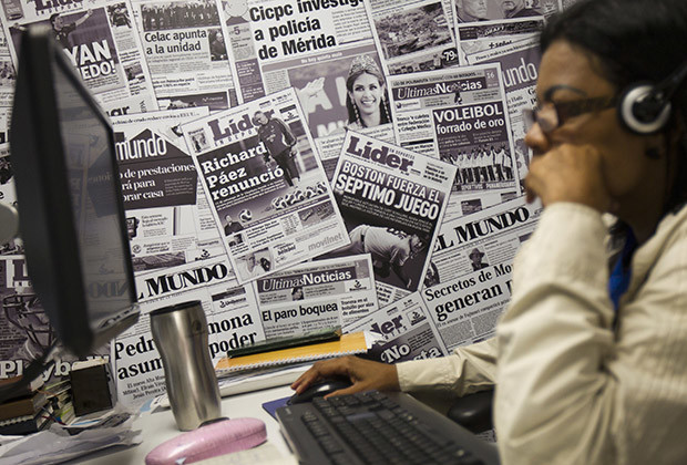 A journalist works at the newsroom of the headquarters of Cadena Capriles in Caracas June 3, 2013. The sale of the Cadena Capriles, the leading private media group in Venezuela, announced on Monday, sparked a wave of speculation about its buyer just a few weeks after Globovision, the main opposition channel was transferred to a business group close to the government. REUTERS/Carlos Garcia Rawlins (VENEZUELA - Tags: MEDIA BUSINESS POLITICS) - RTX10AN4