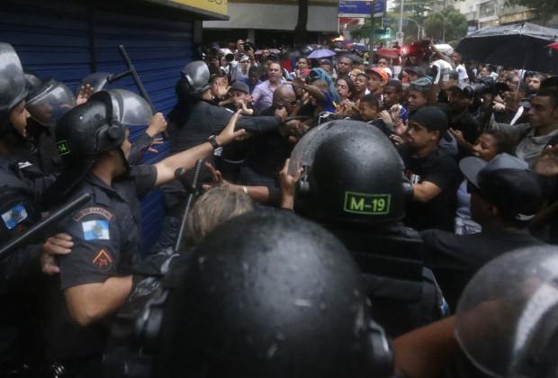 Residents of Pavao-Pavaozinho slum clash with riot policemen during a protest against the death of Douglas Rafael da Silva Pereira, 25, after his burial in Rio de Janeiro April 24, 2014.
