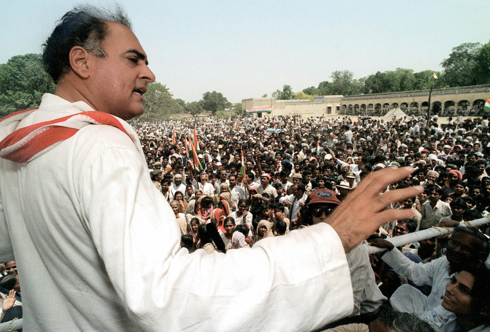 FAIZABAD, INDIA:  (FILES) In this file photograph dated 16 May 1991, Indian premier Rajiv Gandhi addresses the crowd during his election campaign rally at Faizabad in the northern state of Uttar Pradesh.  A Sri Lankan Tamil separatist guerrilla leader, Anton Balasingham, chief negotiator of the Liberation Tigers of Tamil Eelam (LTTE) guerrilla group has apologised for the 1991 assassination of former Indian prime minister Rajiv Gandhi, the local NDTV television reported. Rajiv was assassinated whilst electoral campaigning in southern India on 21 May 1991.  AFP PHOTO/ STR / FILER  (Photo credit should read STR/AFP/Getty Images)