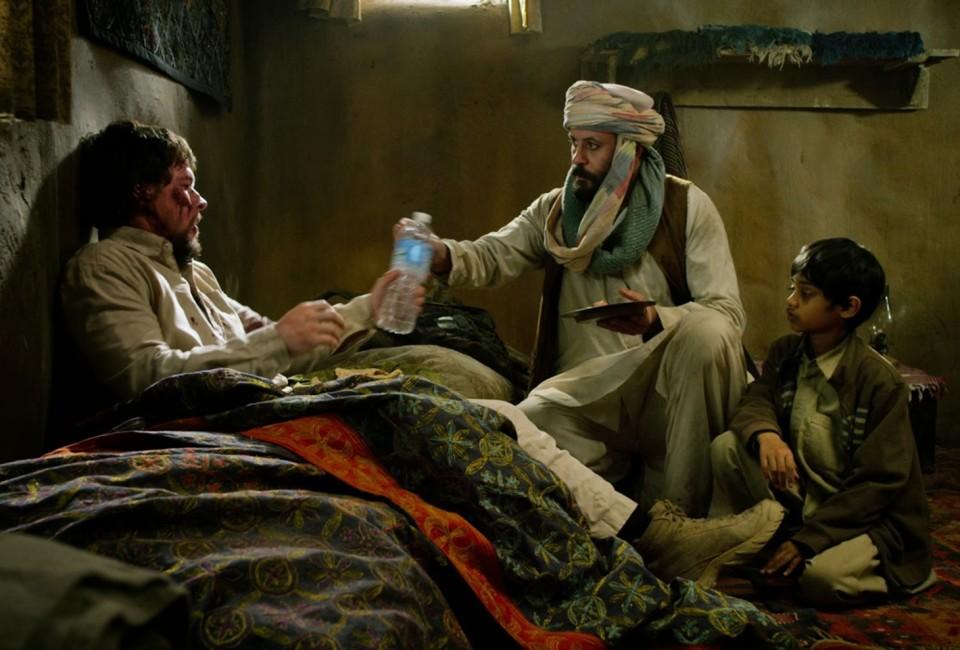 A scene of Lone Survivor with Matt Damon (Marcus Luttrell) and Ali Suliman (Muhammad Gulab)