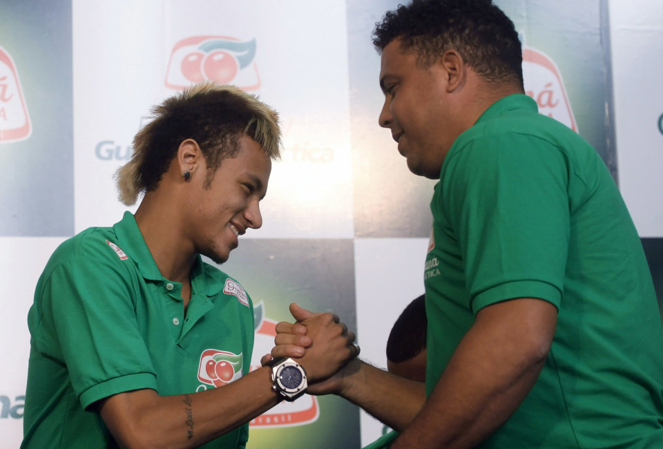Former Brazilian striker Ronaldo (R) shakes hands with Neymar of Brazil's Santos before a news conference in Sao Paulo.