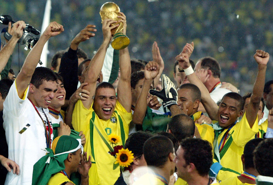 Brazil's Ronaldo holds up the trophy while celebrating with teammates after beating Germany in the World Cup final in Yokohama, in une 30, 2002.
