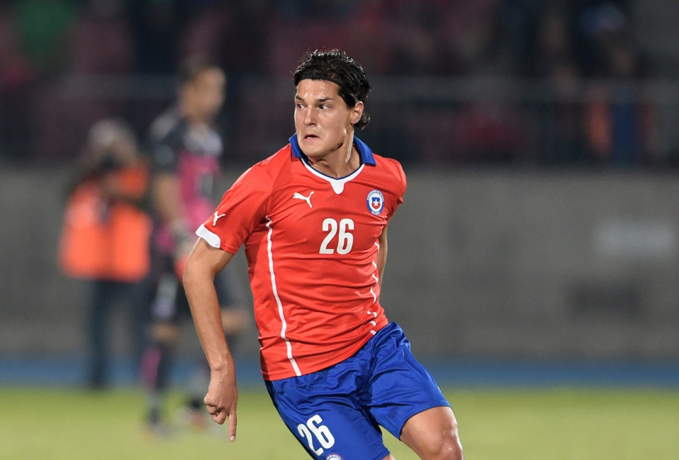 Chilean footballer Miiko Albornoz controls the ball during a friendly football match against Egypt in Santiago, May 30, 2014, ahead of the FIFA World Cup Brazil 2014.