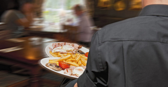 A Couple Gave a $100 Tip to the Worst Waiter Ever, and Here's Why