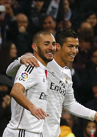 Real Madrid's Karim Benzema (L) celebrates his goal against Rayo Vallecano with teammate Cristiano Ronaldo during their Spanish first division soccer match at Santiago Bernabeu stadium in Madrid November 8, 2014.  REUTERS/Andrea Comas (SPAIN - Tags: SPORT SOCCER) - RTR4DDSA