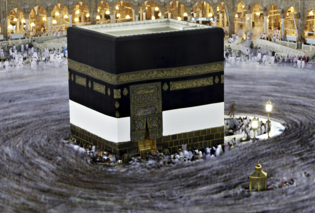 Muslim pilgrims circle the Kaaba and pray at the Grand mosque during the annual haj pilgrimage in the holy city of Mecca October 23, 2012, ahead of Eid al-Adha which marks the end of haj. On October 25, the day of Arafat, millions of Muslim pilgrims will stand in prayer on Mount Arafat near Mecca at the peak of the annual pilgrimage. REUTERS/Amr Abdallah Dalsh (SAUDI ARABIA - Tags: RELIGION) - RTR39HXP