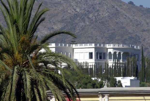 """General view of Saudi King Fahd's mansion in the wealthy resort of Marbella, one of Spain's most exclusive coastal resorts now swarming with tourists at the height of the summer on Spain's Costa del Sol which is located on the town's """"Golden Mile"""" August 12, 2002.  Reports of a possible visit by the ailing king in Spain's press have sent over a hundred would-be workers to queue at the villa to ask for jobs. When Fahd last visited Spain his entourage arrived in half a dozen Saudi passenger jets bearing the king, members of the royal family, his personal doctors, cooks and servants, the royal household also booked 200 rooms at two five-star hotels. - RTXLG8Q"""