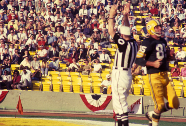 LOS ANGELES, CA - JANUARY 15, 1967:  Wide receiver Max McGee #85 of the Green Bay Packers scores on a 13-yard touchdown pass from quarterback Bart Starr in the third quarter of Super Bowl I on January 15, 1967 against the Kansas City Chiefs at the Los Angeles Memorial Coliseum in Los Angeles, California.  The Packers beat the Chiefs, 35-10 to win the professional football World Championship. 19670115-FR-375 1967 Kidwiler Collection/Diamond Images