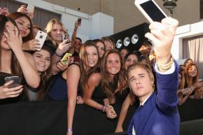 Fan Selfie Demands Are Crushing Justin Bieber