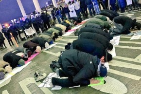 Detroit Protesters Laid Down Their Protest Signs So Muslims Could Pray